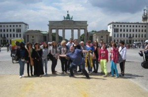 Jumelage - Le groupe devant la Porte de Brandebourg à Berlin